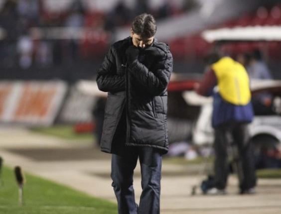 Renato Gaúcho, técnico do Grêmio, cabisbaixo durante o jogo contra o São Paulo (11/06/2011)