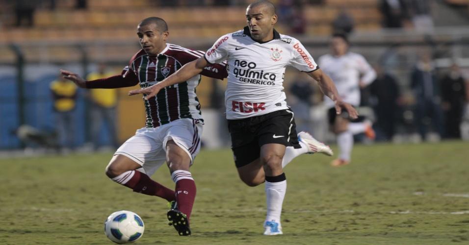 Emerson disputa a bola com Julio Cesar, do Fluminense, em jogo no Pacaembu (12/06/2011)