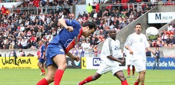 Raí cabeceia bola durante partida de despedida do goleiro Lama (12/06/2011)