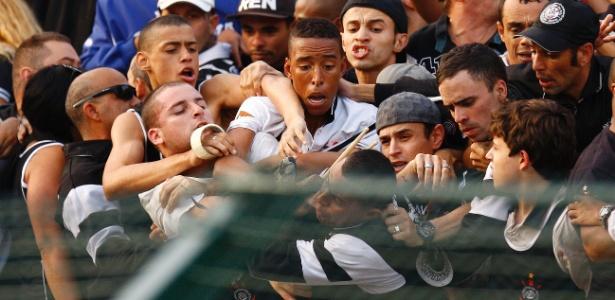 Torcida do Corinthians briga entre si na vitória sobre o Fluminense no Pacaembu em 2011: torcida é a mais punida com afastamento dos jogos em SP. - Mario Ângelo/Sigmapress/AE