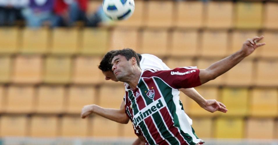 Zagueiro Gum disputa bola com jogador do Corinthians no Pacaembu (12/06/2011)