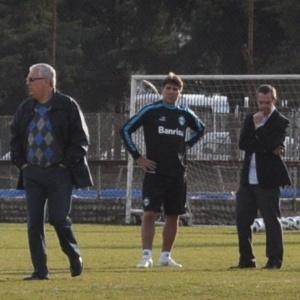 Renato Gaúcho conversa com diretores do Grêmio em treinamento (13/06/2011)