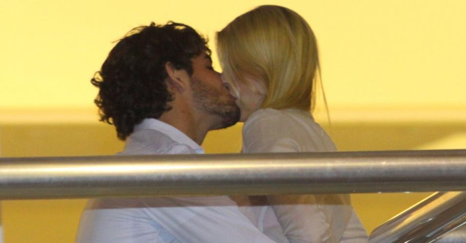 Alexandre Pato beija Barbara Berlusconi no ensaio do Salgueiro, no Rio de Janeiro (12/06/2011)