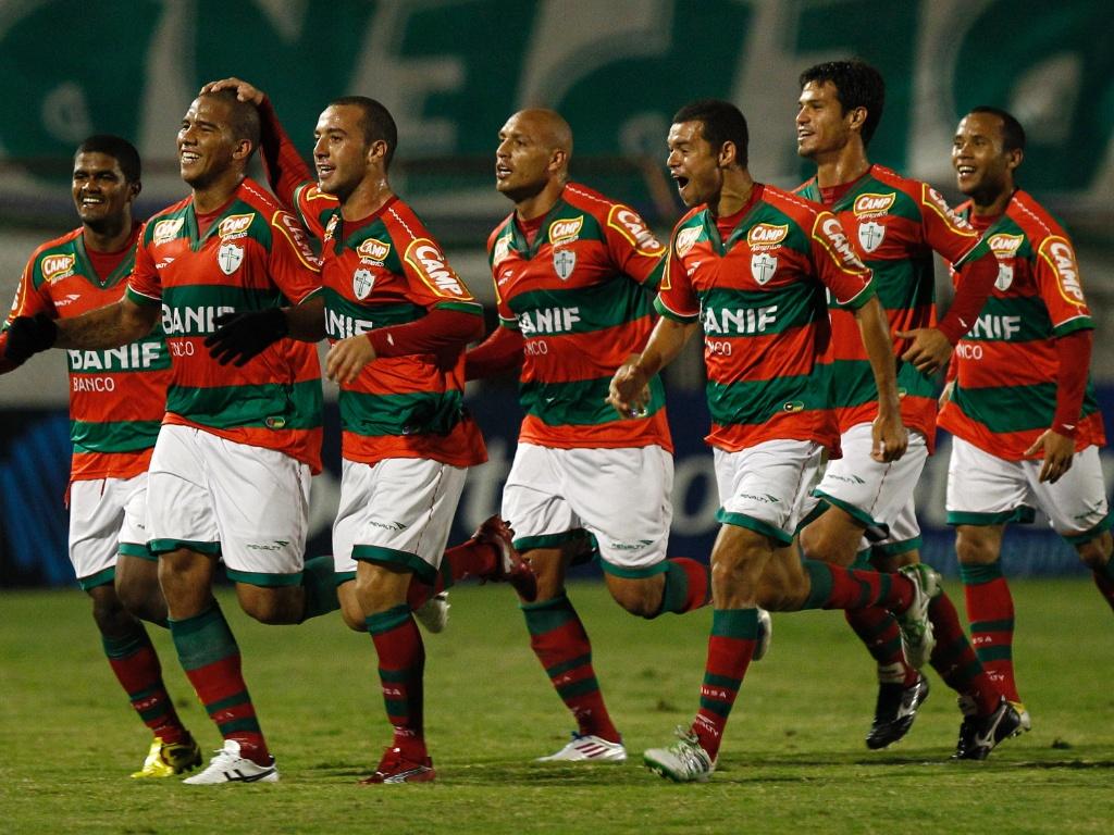 Jogadores da Portuguesa comemoram o gol de Jael marcado contra o Guarani (14/06/2011)