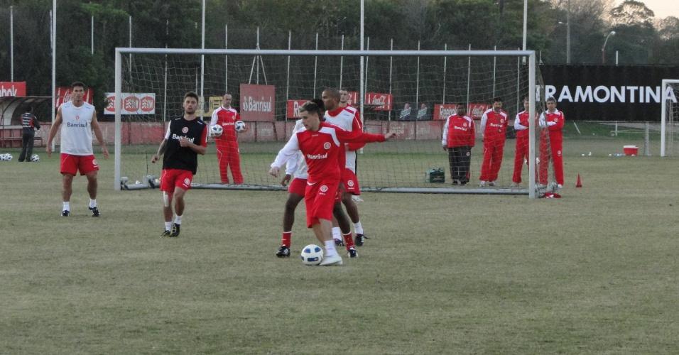 Meia D'Alessandro e jogadores do Inter treinando no estádio Beira-Rio (15/06/2011)