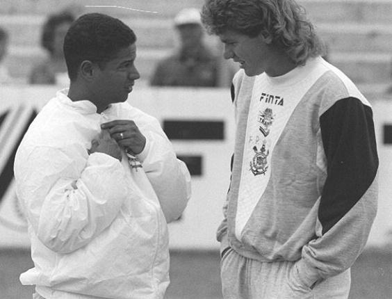 Wilson Mano e Marcelinho Carioca conversam em treino do Corinthians (23/01/1994)