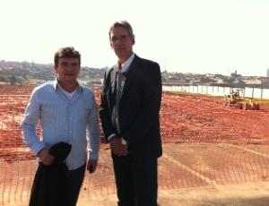 Andrés Sanchez e Frederico Barbosa, gerente de operações da Odebrecht, em visita ao Itaquerão