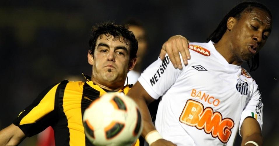 Arouca briga pela bola durante o jogo entre Santos e Peñarol (15/06/11)