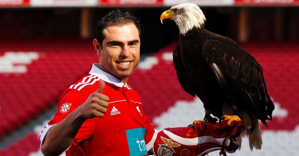 Bruno Cesar posa com a águia em sua apresentação no Benfica