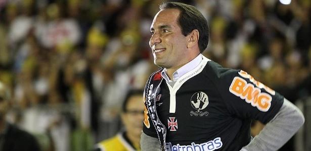 Edmundo corre no centro do gramado de São Januário na festa de apresentação de Juninho Pernambucano