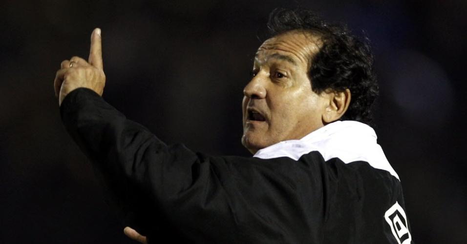 Muricy Ramalho orienta jogadores do Santos durante jogo contra o Peñarol (15/06/11)