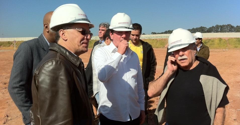Andrés recebe comissão de vereadores no terreno do Itaquerão
