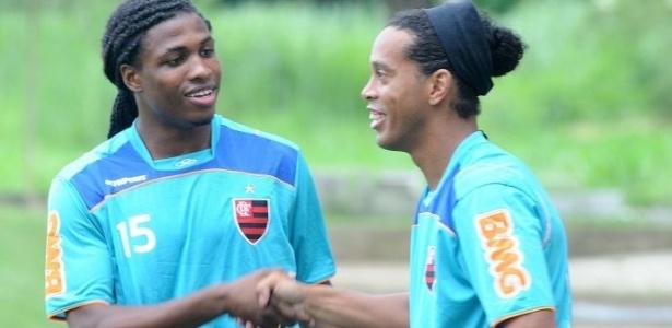 Diego Maurício cumprimenta Ronaldinho Gaúcho no treino do Flamengo (17/06/2011)