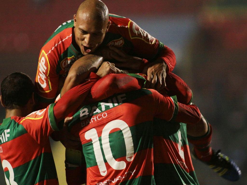 Jogadores da Portuguesa comemoram gol contra o Bragantino pela sexta rodada (17/06/2011)