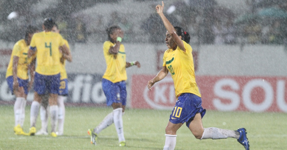 Marta comemora um dos gols marcados na vitória da seleção brasileira sobre a seleção de Pernambuco