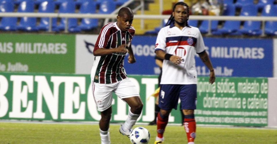 Em sua estreia pelo Bahia, Carlos Alberto observa a evolução de Marcio Rosario no duelo contra o Fluminense (18/06/2011)
