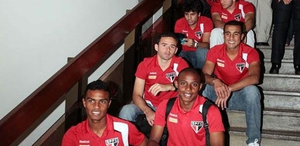 Lucas acompanha elenco do São Paulo em chegada ao Ceará