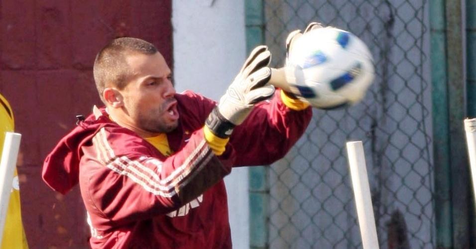Diego Cavalieri salta para defender a bola em treinamento do Fluminense (31/05/2011)