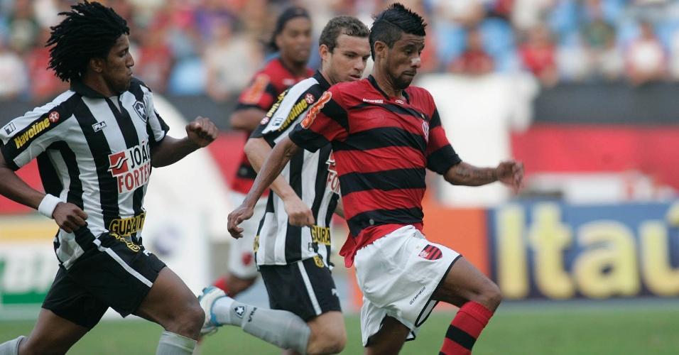 Lateral do Botafogo, Cortês (e) tenta interceptar o lateral do Flamengo Léo Moura no Engenhão (19/06/2011)