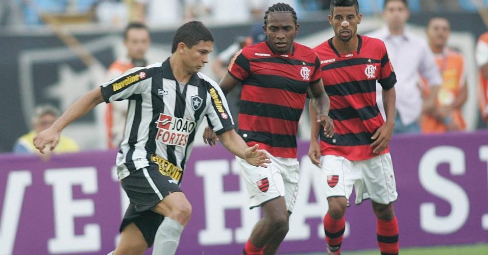 Observado por Willians e Léo Moura, Elkeson (e) avança com a bola em clássico no Engenhão (19/06/2011)