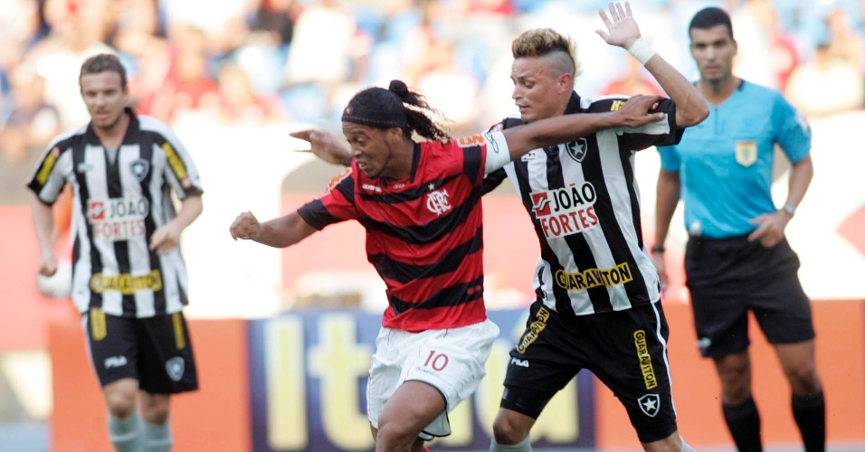 Ronaldinho Gaúcho (10) protege a bola do zagueiro Fábio Ferreira em clássico no Engenhão (19/06/2011)