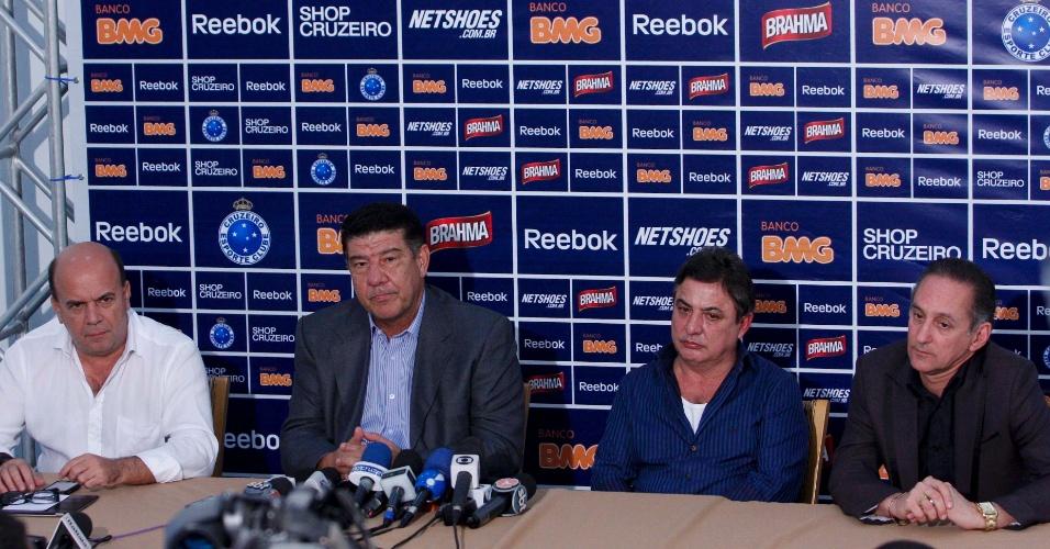 Diretoria do Cruzeiro junto com Joel Santana na Toca (20/06/2011)