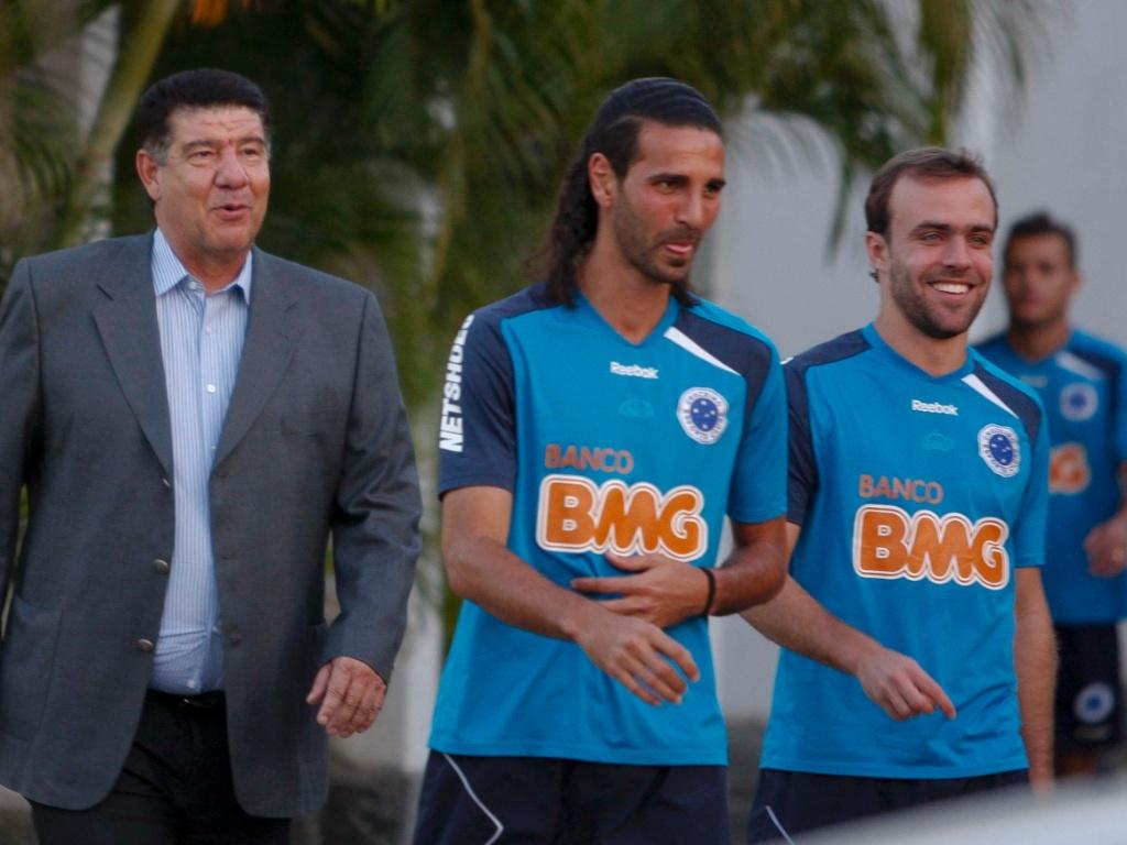 Joel Santana ao lado de Roger e Leandro Guerreiro (20/06/2011)