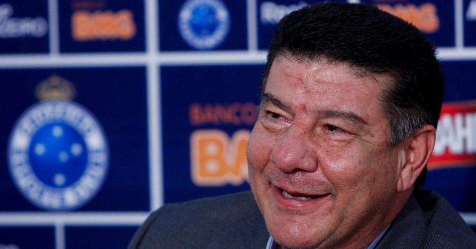 Joel Santana é apresentado como novo técnico do Cruzeiro (20/06/2011)