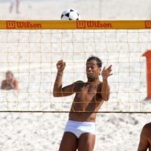 Ronaldinho Gaúcho joga futevôlei na praia da Barra da Tijuca (20/06/2011)