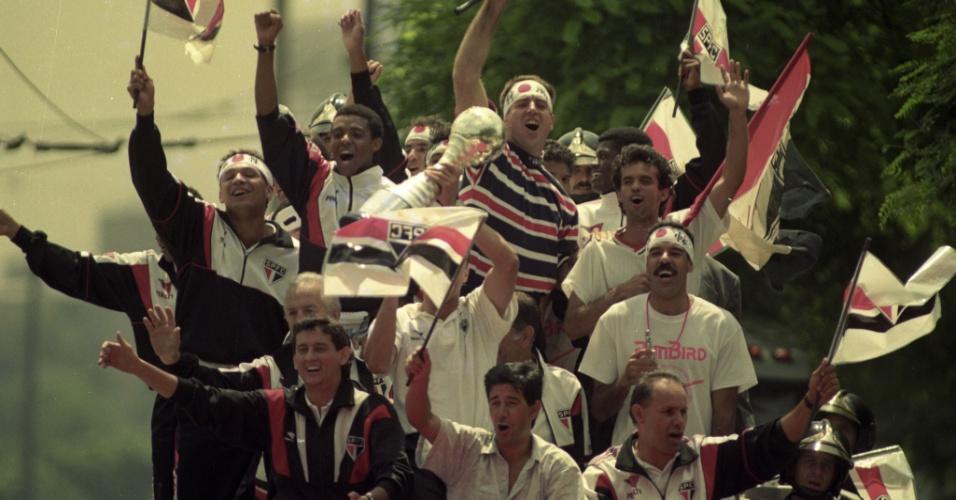 Jogadores do São Paulo desfilam em carro aberto após a conquista do Mundial Interclubes de 1992