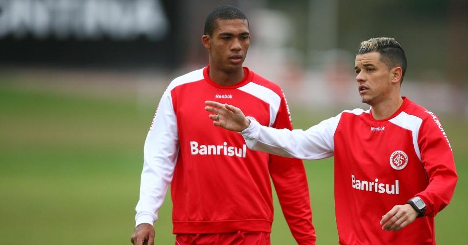 Zagueiro Juan (e) e meia D'Alessandro em treino do Inter (21/06/2011)