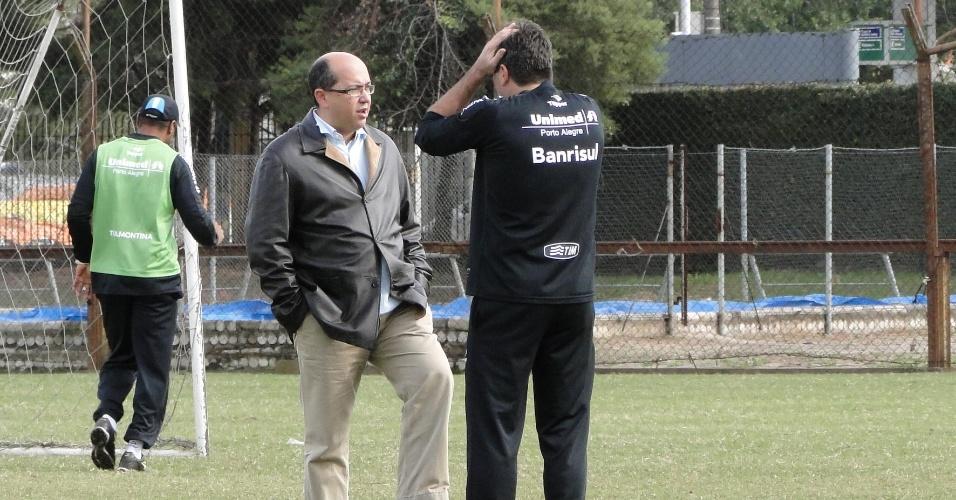 Assessor de futebol do Grêmio César Cidade Dias e o técnico Renato Gaúcho conversam após treino (22/06/2011)