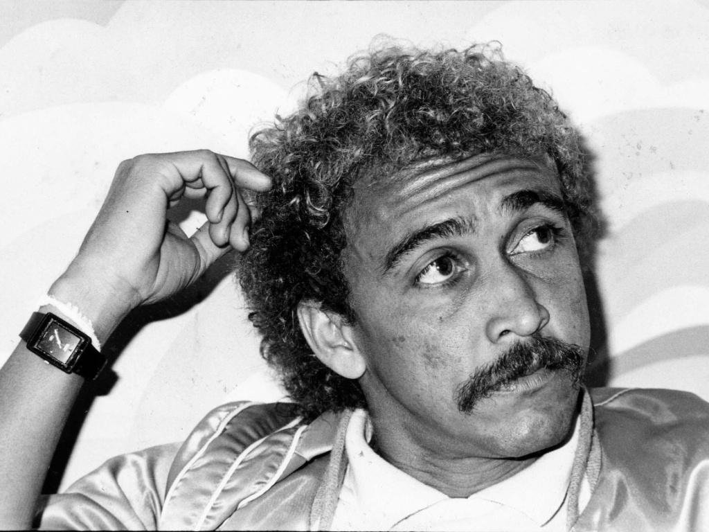 Biro-Biro, ex-jogador do Corinthians, concede entrevista em seu comitê político na campanha para vereador em 1988