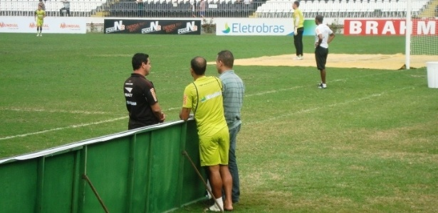 Com uma proteção na perna esquerda, Felipe assiste treino desta quarta-feira (22/06)