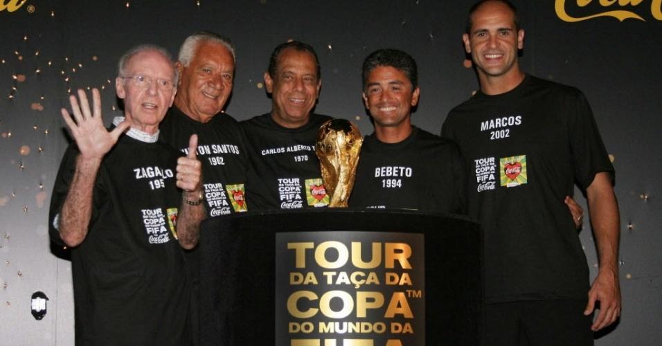 Jogadores campeões do mundo pela seleção posam com a taça da Copa