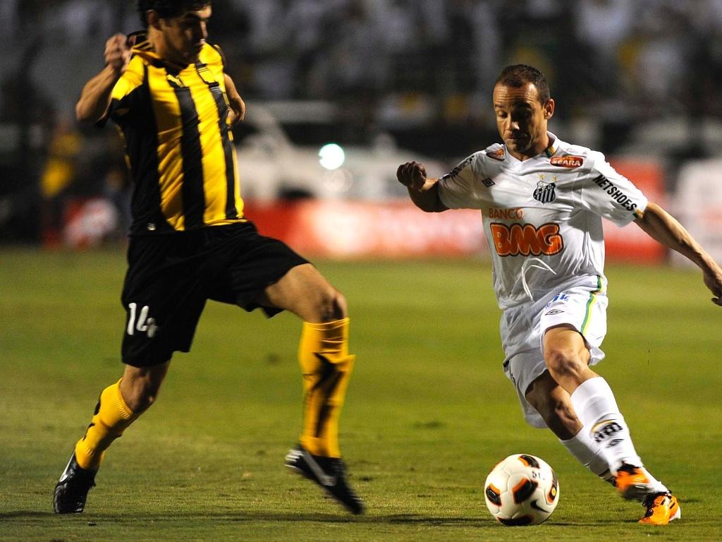 Léo disputa bola com defensor do Peñarol na partida do Pacaembu (22/06)