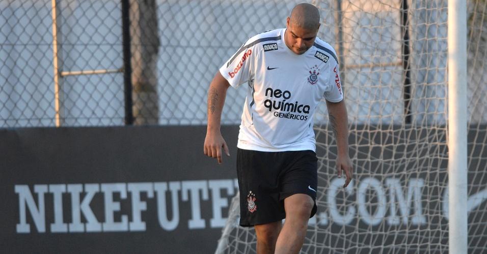 Adriano treina pela primeira vez no campo do CT Joaquim Grava após cirurgia no pé esquerdo (23/06/11)