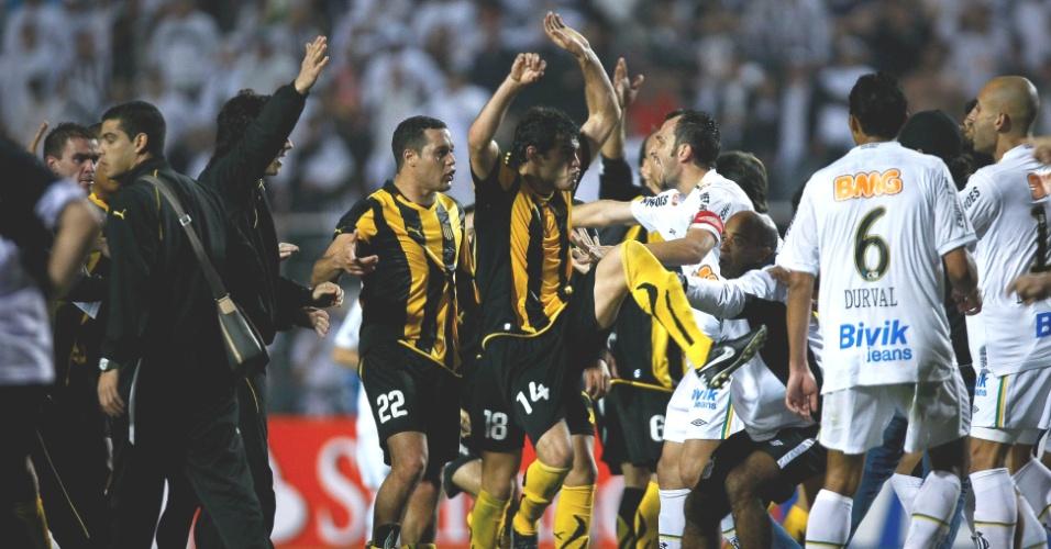 Luis Aguiar faz golpe de kung fu durante a pancadaria no final da decisão da Libertadores no Pacaembu (22/06/2011)