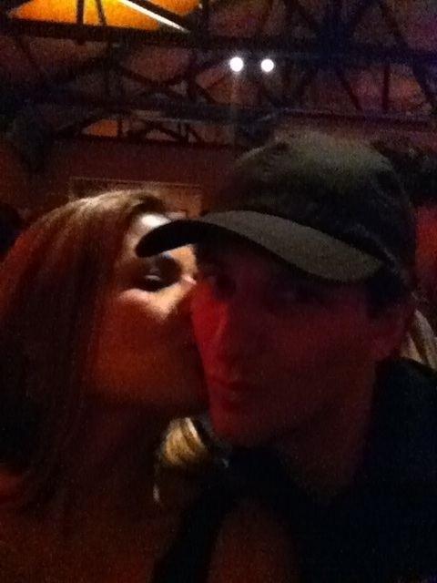 Nivea Stelmann beija o namorado Elano após a conquista do Santos na Libertadores (23/06/2011)