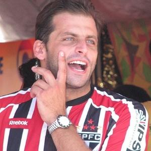 Ator Henri Castelli com a camisa do São Paulo