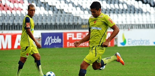 Diego Souza treina finalização observado por Eduardo Costa