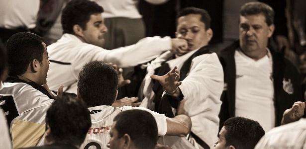 Torcida do Santos briga entre si antes do inicio do jogo no Pacaembu