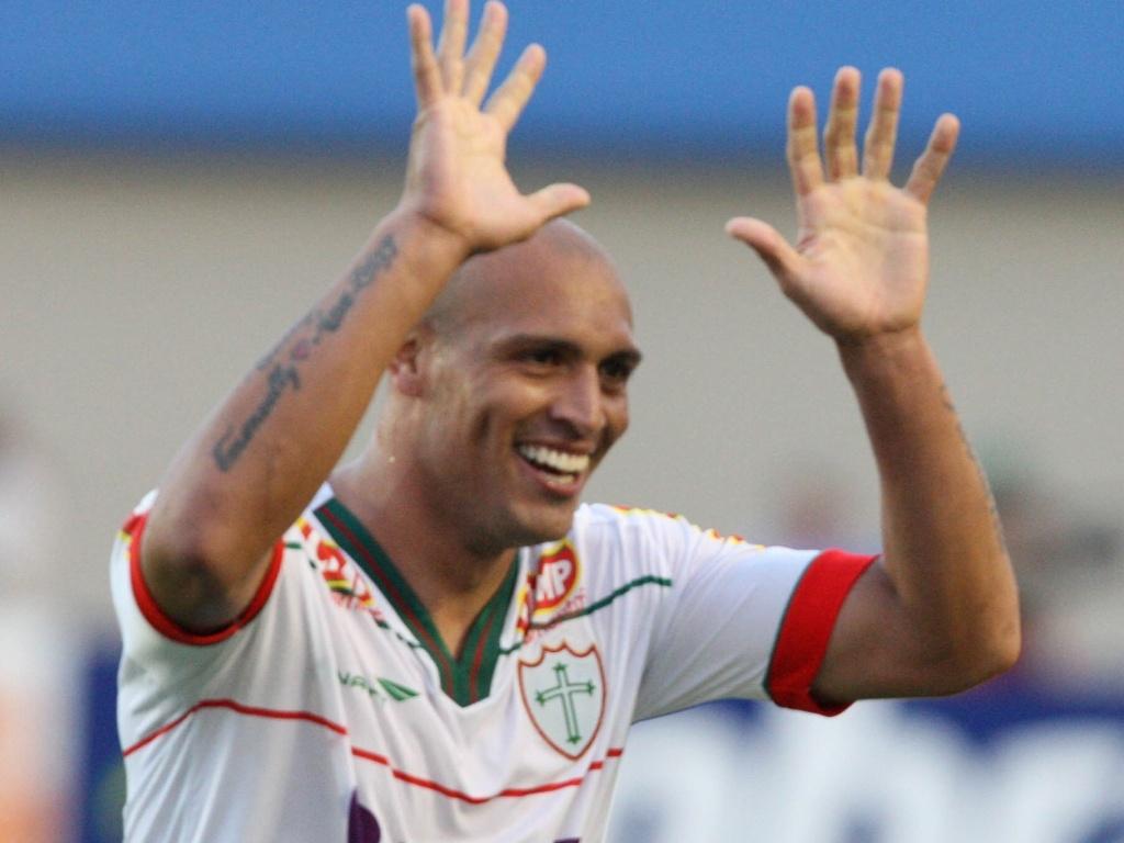 Edno comemora um dos gols da Portuguesa na vitória sobre o Goiás (25/06/2011)