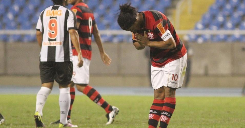 Ronaldinho Gaúcho homenageia a torcida do Flamengo no jogo contra o Atlético-MG (25/06/2011)