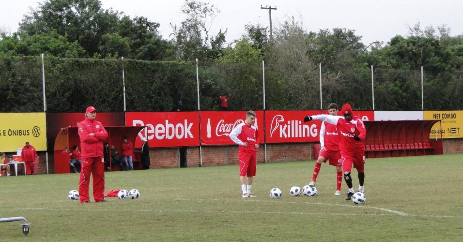 Técnico Falcão do Inter orienta Oscar, D'Alessandro e Kleber nas cobranças de faltas (25/06/2011)