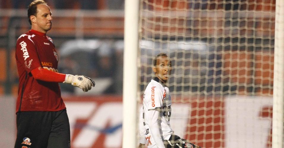 Rogério Ceni lamenta, e Liedson parte para a comemoração ao marcar um gol para o Corinthians contra o São Paulo (26/06/2011)