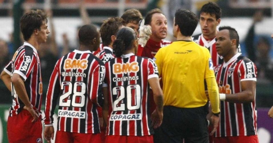 Rogério Ceni reclama com árbitro na derrota do São Paulo para o Corinthians (26/06/11)