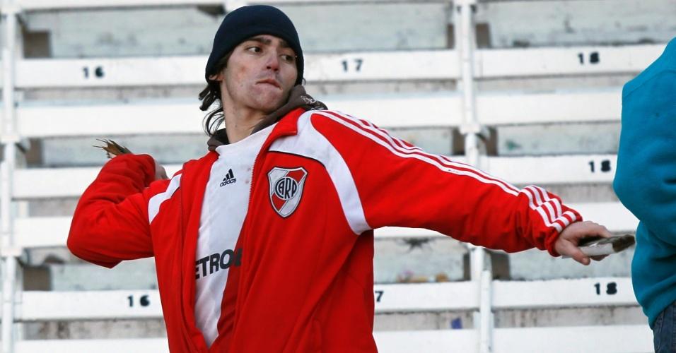 Torcedor do River Plate parte para a violência após a equipe ser rebaixada no Campeonato Argentino