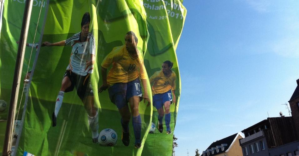 Bandeiras com a jogadora Marta promovem a partida entre Brasil e Austrália, pela Copa do Mundo feminina