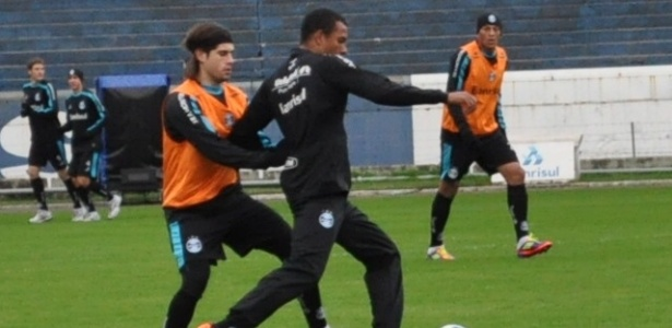 Miralles marca Gilberto Silva em treinamento do Grêmio (27/06/2011)